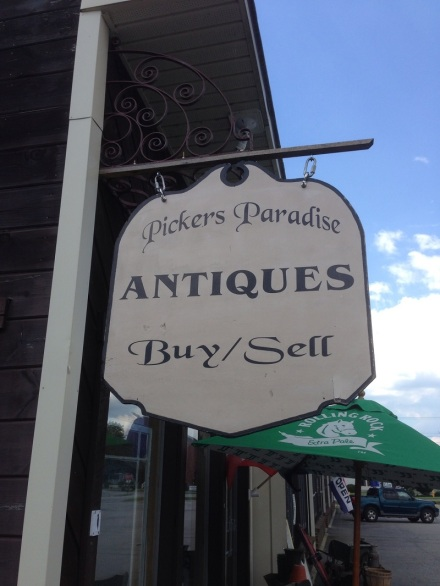 Pickers Paradise Sign